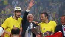 Zeljko Obradovic saluta i tifosi dopo il trionfo. Ap