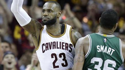 LeBron James e Marcus Smart. Ap