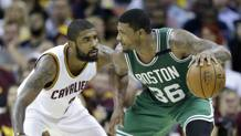 Marcus Smart (a dx) contro Kyrie Irving . Ap