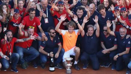 Alexander Zvereev, 20 anni, con il trofeo e tutto lo staff degli Internazionali. Getty Images