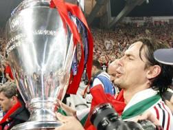 Atene, 23 maggio 2007: Pippo Inzaghi alza la Champions vinta col Milan sul Liverpool.