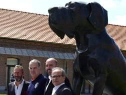 Bielsa sotto la statua del cane simbolo del Lilla. Ap