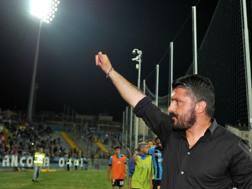 Gattuso saluta i tifosi del Pisa dopo la partita col Benevento, ultima in casa, con la squadra già retrocessa. LaPresse