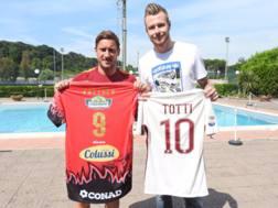 Francesco Totti, 40 anni, e Ivan Zaytsev, 28 anni. Twitter