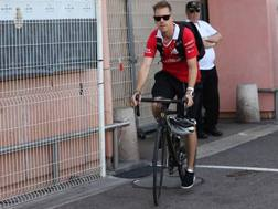 L'arrivo di Vettel al paddock di Montecarlo. Lapresse
