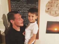 Il piccolo Lorenzo, figlio di Leonardo Bonucci, scatta questa foto col suo idolo Belotti. Instagram