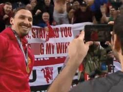 Zlatan Ibrahimovic posa davanti allo striscione a lui dedicato