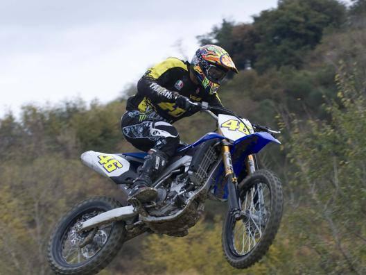 Valentino Rossi in allenamento con la moto da cross.