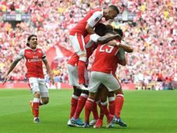 Sanchez sommerso dai compagni dopo il gol. Epa