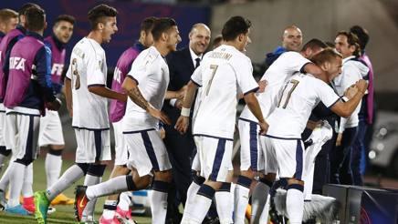 I compagni festeggiano Panico dopo il gol del 2-0.  Epa