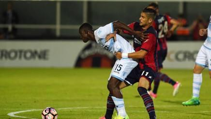 Falcinelli e Bastos in azione durante Crotone-Lazio. Lapresse