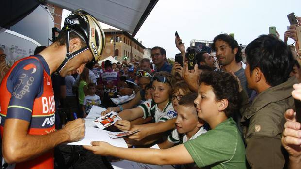 Vincenzo Nibali, 32 anni, preso d'assalto da bambini e tifosi.
