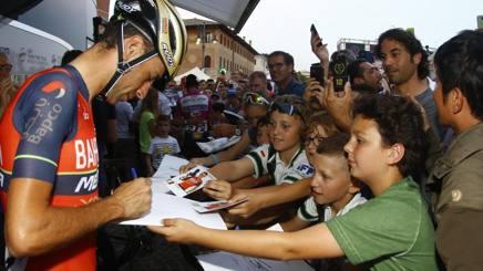 Vincenzo Nibali, 32 anni, preso d'assalto da bambini e tifosi. Bettini