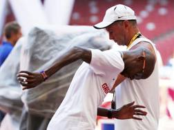 Mo Farah e il suo coach Alberto Salazar ai Mondiali di Pechino nel 2015. Reuters