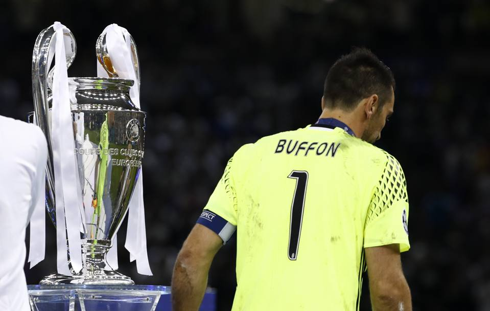 Gigi Buffon sfila da sconfitto davanti alla Champions League. Reuters
