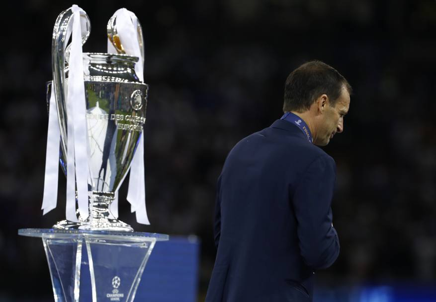 Massimiliano Allegri sfila da sconfitto davanti alla Champions League. Reuters