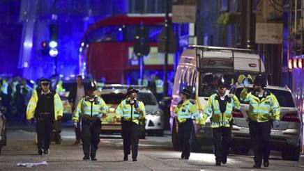 La polizia intervenuta sul London Bridge. AP