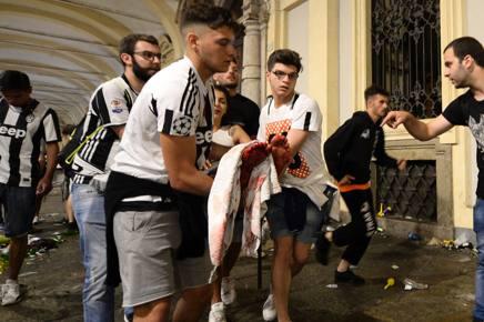 Una delle ragazze ferite a Torino sabato sera in piazza San Carlo. Afp