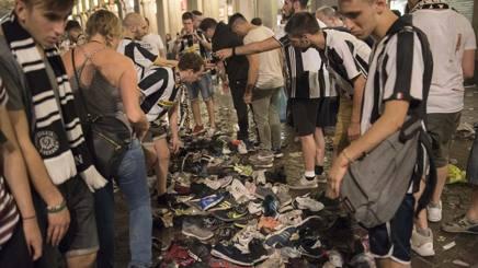Una delle immagini-simbolo del caos di Torino, le scarpe rimaste a terra nella fuga. Lapresse