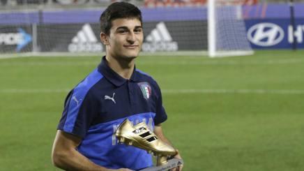 Riccardo Orsolini, 20 anni, attaccante dell'Ascoli, posa con la