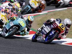 Fenati davanti a Mir in una fase del GP del Montmelò di Moto3. Ap