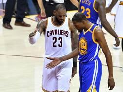 LeBron James (a sin.) e Kevin Durant. Afp