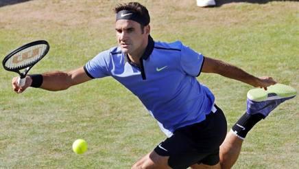 Roger Federer in azione a Stoccarda. Epa