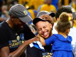 Kevin Durant e Steph Curry festeggiano il titolo Nba.