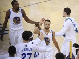Steph Curry festeggia con i compagni. Sullo sfondo, a sinistra, Kevin Durant. Reuters