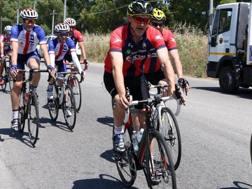 Davide Nicola durante la sua pedalata da Crotone a Torino. Ansa