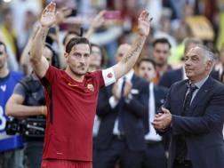 Pallotta applaude Francesco Totti, nel giorno dell'addio al calcio. Ansa