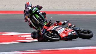 Chaz Davies investito da Jonathan Rea all'ultimo giro di gara 1 del settimo round del Mondiale Superbike a Misano.