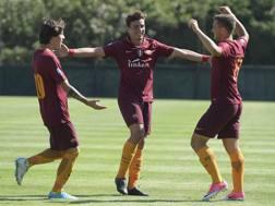 Luca Pellegrini, terzino sinistro della Roma Primavera, tra i compagni di squadra Antonucci e Anocic. Getty Images