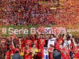 I giocatori del Benevento festeggiano la promozione in serie A. Ansa