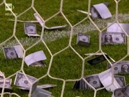 I finti dollari lanciati all'interno della porta dell'Italia durante il match con la Danimarca a Cracovia. Ansa