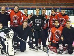 Justin Bieber, 23 anni, al centro, sul ghiaccio dell'Agorà con la maglia dei Los Angeles Kings