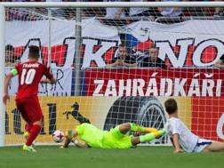 Donnarumma a terra, sul tiro di Travnik: è l'1-0 della Repubblica Ceca. Epa