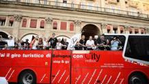L'arrivo in piazza Maggiore dei giocatori della Virtus