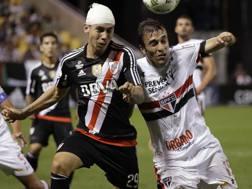 A destra, il nuovo acquisto dell'Atalanta, João Felipe Schmidt Urbano, mediano del San Paolo, contro Montiel del River Plate. AP