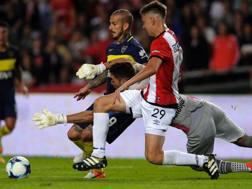 Con la maglia numero 29, il difensore dell'Estudiantes Juan Foyth anticipa il suo portiere Andujar e l'attaccante del Boca Dario Benedetto. Afp