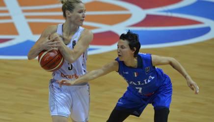Giorgia Sottana prova a rubare palla a Kim Mestdagh. Afp