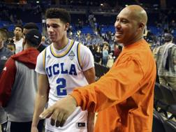 Lonzo Ball con il padre LaVar. Ap