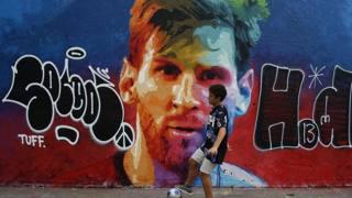 Il murale dedicato a Lionel Messi a Barcellona. AP