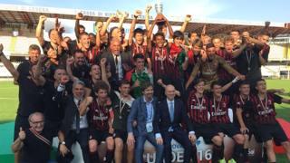 La festa del Milan Under 16: al centro Filippo Galli, responsabile del settore giovanile, e Marco Fassone, a.d. rossonero