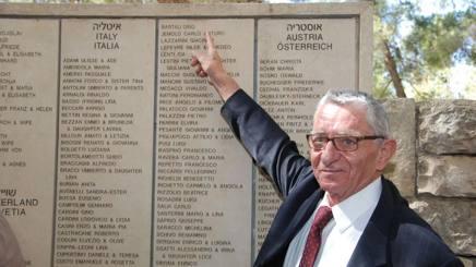 Andrea Bartali (figlio di Gino) mostra il nome del padre presente nell'elenco del Giardino dei Giusti a Gerusalemme.