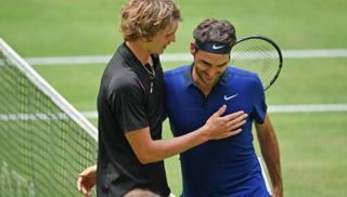 Alex Zverev e Roger Federer, lo scorso anno in semfinale a d Halle. Getty Images
