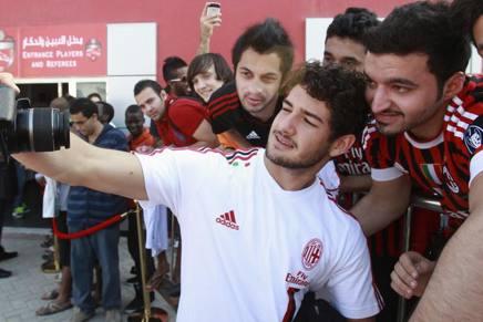 Selfie tra i tifosi rossoneri per Pato. Reuters