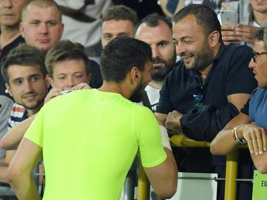 Donnarumma a fine partita abbraccia il cugino di Mino Raiola, Enzo. Liverani