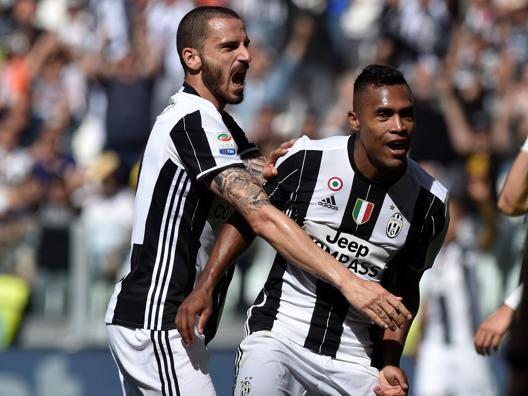 Leonardo Bonucci, 30 anni, e Alex Sandro, 26 anni. Reuters
