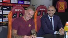 Rick Karsdorp firma il contratto con la Roma, alla presenza del d.s. Monchi. Foto asroma.com